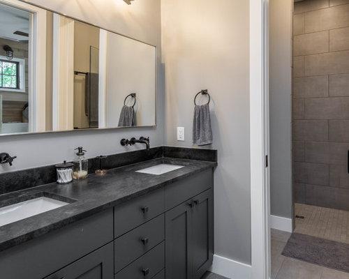 Stanza da bagno con ante marroni e piastrelle a mosaico foto idee