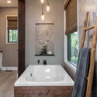 Пример оригинального дизайна: главная ванная комната среднего размера в стиле рустика с фасадами в стиле шейкер, белыми фасадами, отдельно стоящей ванной, душем в нише, раздельным унитазом, бежевой плиткой, плиткой мозаикой, бежевыми стенами, полом из керамогранита, раковиной с несколькими смесителями, столешницей из талькохлорита, бежевым полом и черной столешницей