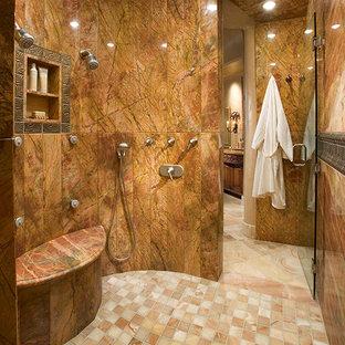 Diseño de cuarto de baño principal, de estilo americano, grande, con ducha empotrada, baldosas y/o azulejos beige, baldosas y/o azulejos de porcelana, paredes beige, suelo multicolor y ducha con puerta con bisagras