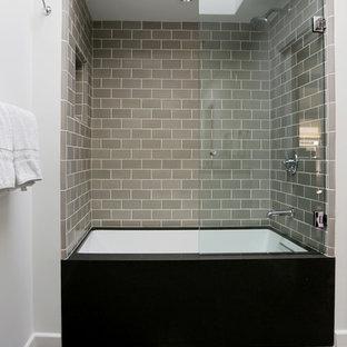 Стильный дизайн: ванная комната среднего размера в стиле лофт с плоскими фасадами, серыми фасадами, мраморной столешницей, разноцветной плиткой, каменной плиткой, ванной в нише, душем над ванной, раздельным унитазом, врезной раковиной, белыми стенами и полом из известняка - последний тренд