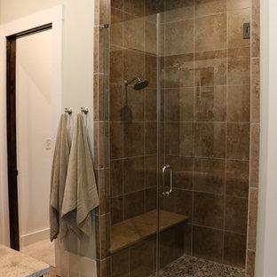Immagine di una stanza da bagno padronale industriale di medie dimensioni con ante in stile shaker, ante in legno bruno, doccia alcova, piastrelle in travertino, pareti verdi, pavimento in legno massello medio, lavabo sottopiano e top in granito