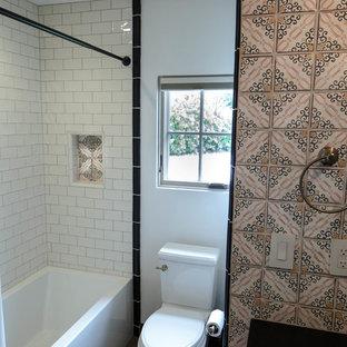 Свежая идея для дизайна: маленькая детская ванная комната в стиле фьюжн с фасадами с декоративным кантом, красными фасадами, ванной в нише, душем в нише, унитазом-моноблоком, бежевой плиткой, терракотовой плиткой, бежевыми стенами, полом из керамогранита, врезной раковиной, столешницей из гранита, коричневым полом, шторкой для душа и черной столешницей - отличное фото интерьера