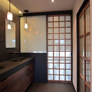 Modelo de cuarto de baño principal, de estilo zen, de tamaño medio, con armarios con paneles lisos, puertas de armario de madera oscura, paredes beige y suelo de madera clara