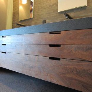 Diseño de cuarto de baño principal, de estilo zen, de tamaño medio, con armarios con paneles lisos, puertas de armario de madera oscura, paredes beige y suelo de baldosas de cerámica