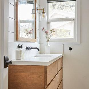 Esempio di una stanza da bagno country con ante marroni, doccia ad angolo, piastrelle bianche, piastrelle in ceramica, pareti bianche, pavimento in gres porcellanato, lavabo sottopiano, top in quarzo composito, porta doccia a battente e top bianco