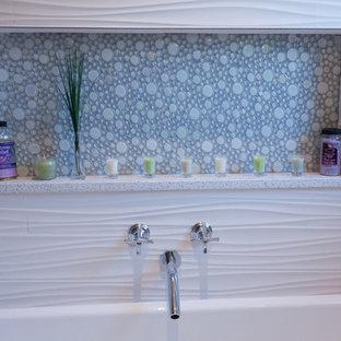 Ejemplo de cuarto de baño principal, contemporáneo, de tamaño medio, con armarios con paneles empotrados, puertas de armario de madera oscura, bañera encastrada, ducha empotrada, baldosas y/o azulejos grises, baldosas y/o azulejos blancos, baldosas y/o azulejos de mármol, suelo de mármol, lavabo bajoencimera, encimera de cuarcita, suelo blanco y ducha con puerta con bisagras