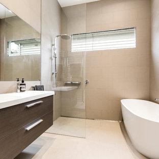 Ispirazione per una stanza da bagno padronale contemporanea di medie dimensioni con ante lisce, ante in legno bruno, vasca freestanding, doccia ad angolo, piastrelle grigie, piastrelle in ceramica, lavabo da incasso, top in saponaria e doccia aperta