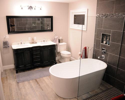 Stanza da bagno con pavimento in legno massello medio e - Piastrelle in ardesia ...