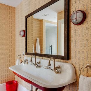 Immagine di una stanza da bagno stile marino con pareti arancioni, lavabo rettangolare e pavimento grigio