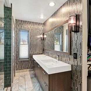 Idee per una stanza da bagno padronale design con ante lisce, ante in legno bruno, doccia alcova, piastrelle verdi, piastrelle di vetro, pareti nere, lavabo integrato, pavimento bianco, porta doccia a battente e top bianco