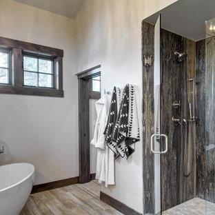 Immagine di una grande stanza da bagno padronale rustica con vasca freestanding, doccia alcova, piastrelle marroni, lastra di pietra, pareti bianche, parquet chiaro, pavimento marrone e porta doccia a battente