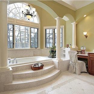 Esempio di una grande stanza da bagno padronale vittoriana con ante con riquadro incassato, ante in legno bruno, vasca da incasso, WC a due pezzi, piastrelle grigie, piastrelle di marmo, pareti gialle, pavimento in gres porcellanato, lavabo sottopiano, top in quarzo composito, pavimento grigio e top beige