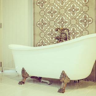 Ispirazione per una grande stanza da bagno padronale vittoriana con vasca con piedi a zampa di leone, piastrelle beige, piastrelle marroni, piastrelle bianche, piastrelle in gres porcellanato, pareti multicolore, pavimento in gres porcellanato e pavimento bianco