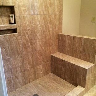 Ispirazione per una stanza da bagno con doccia di medie dimensioni con lavabo da incasso, doccia alcova, WC a due pezzi, piastrelle multicolore, piastrelle a listelli, pareti rosse e pavimento in legno massello medio