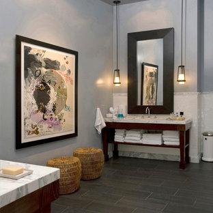 Idee per una stanza da bagno design con nessun'anta, ante in legno bruno, piastrelle bianche e piastrelle diamantate