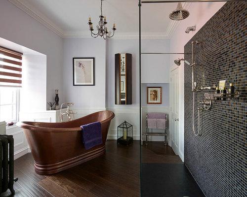 Badezimmer mit dunklem holzboden und lilafarbenen w nden for Badezimmer ideen mit holzboden