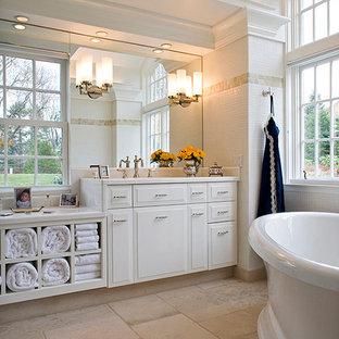 Inspiration för ett stort vintage en-suite badrum, med luckor med upphöjd panel, vita skåp, ett fristående badkar, vit kakel, keramikplattor, klinkergolv i porslin, ett undermonterad handfat och bänkskiva i akrylsten