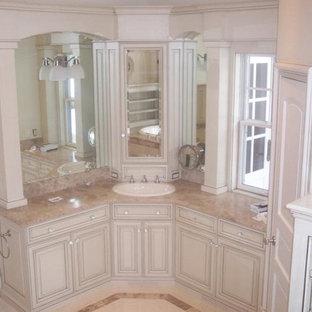 Inspiration för ett stort vintage en-suite badrum, med luckor med upphöjd panel, vita skåp, marmorbänkskiva, beige kakel, porslinskakel, vita väggar, marmorgolv, ett platsbyggt badkar och en toalettstol med separat cisternkåpa
