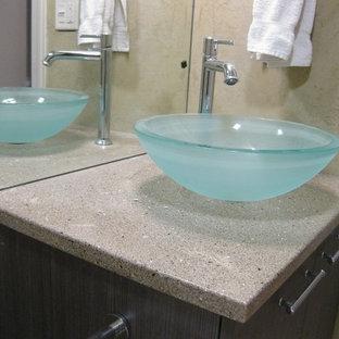 Ejemplo de cuarto de baño con ducha, clásico renovado, de tamaño medio, con armarios con paneles lisos, puertas de armario de madera en tonos medios, paredes beige, lavabo sobreencimera y encimera de cemento