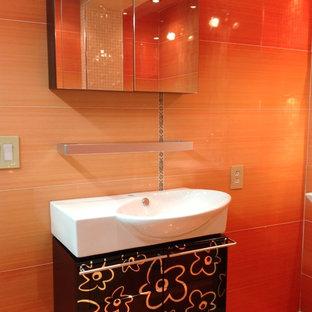 Ejemplo de cuarto de baño moderno con lavabo suspendido, armarios con paneles lisos, puertas de armario negras, baldosas y/o azulejos naranja y baldosas y/o azulejos de cerámica