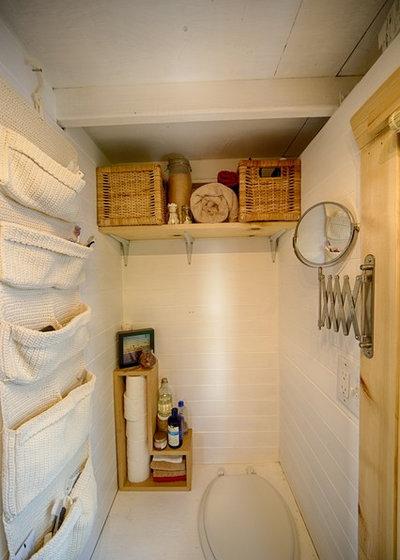 ラスティック 浴室 by The Tiny Tack House