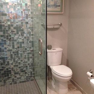 Esempio di una stanza da bagno con doccia contemporanea di medie dimensioni con doccia ad angolo, WC a due pezzi, piastrelle grigie, piastrelle multicolore, piastrelle bianche, piastrelle di vetro, pareti grigie, pavimento con piastrelle in ceramica, pavimento beige e porta doccia a battente
