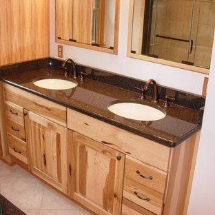 Immagine di una stanza da bagno con doccia rustica di medie dimensioni con ante con bugna sagomata, ante in legno chiaro, pareti bianche, pavimento con piastrelle in ceramica, lavabo sottopiano e top alla veneziana