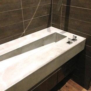 Идея дизайна: ванная комната среднего размера в стиле модернизм с раздельным унитазом, коричневой плиткой, керамогранитной плиткой, коричневыми стенами, темным паркетным полом, душевой кабиной, монолитной раковиной, столешницей из бетона и коричневым полом