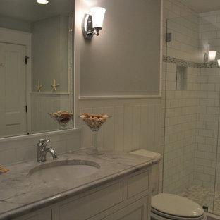 Idee per una stanza da bagno con doccia contemporanea di medie dimensioni con ante con riquadro incassato, ante bianche, doccia alcova, WC a due pezzi, piastrelle bianche, piastrelle diamantate, pareti grigie, pavimento in compensato, lavabo sottopiano e top in marmo