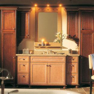 Foto de cuarto de baño principal, tradicional, grande, con armarios con paneles empotrados, puertas de armario de madera clara, baldosas y/o azulejos beige, baldosas y/o azulejos grises, baldosas y/o azulejos de terracota, paredes blancas, suelo de baldosas de terracota y lavabo bajoencimera
