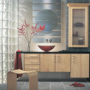 Ejemplo de cuarto de baño principal, actual, grande, con armarios con paneles lisos, puertas de armario de madera clara, baldosas y/o azulejos beige, baldosas y/o azulejos grises, baldosas y/o azulejos de terracota, paredes marrones y lavabo sobreencimera