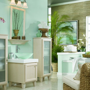 На фото: большая главная ванная комната в морском стиле с синими стенами, настольной раковиной, стеклянными фасадами, белыми фасадами, накладной ванной, полом из травертина, столешницей из искусственного камня, бежевым полом и белой столешницей с