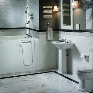 Esempio di una stanza da bagno con doccia chic di medie dimensioni con vasca giapponese, vasca/doccia, WC a due pezzi, piastrelle nere, piastrelle grigie, piastrelle bianche, piastrelle diamantate, pareti grigie, pavimento in marmo, lavabo a colonna, pavimento bianco e porta doccia a battente