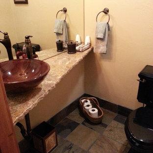 Ejemplo de cuarto de baño con ducha, clásico, pequeño, con paredes beige, suelo de pizarra, lavabo sobreencimera, sanitario de dos piezas, encimera de terrazo y suelo marrón