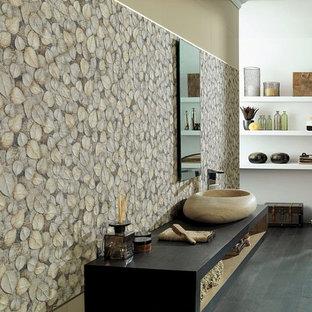 Großes Asiatisches Badezimmer mit offenen Schränken, beiger Wandfarbe, dunklem Holzboden, Aufsatzwaschbecken, Waschtisch aus Holz, schwarzem Boden und schwarzer Waschtischplatte in Denver