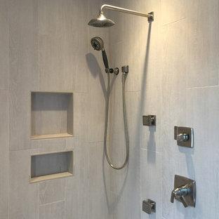 Ispirazione per una stanza da bagno con doccia chic di medie dimensioni con ante in stile shaker, ante in legno chiaro, doccia alcova, WC a due pezzi, piastrelle beige, pareti beige, pavimento con piastrelle in ceramica, lavabo da incasso, top piastrellato e piastrelle in gres porcellanato