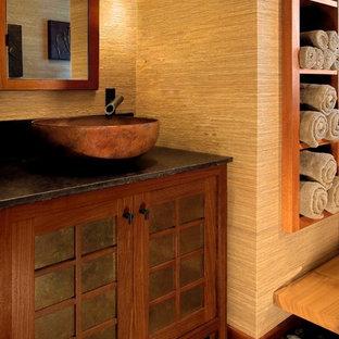 Bild på ett stort orientaliskt en-suite badrum, med skåp i mörkt trä och beige väggar