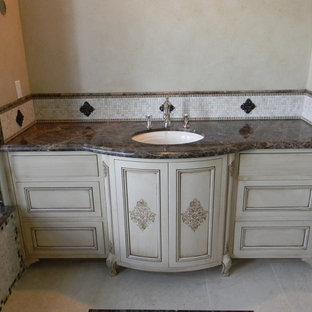 Idee per una stanza da bagno padronale vittoriana con ante beige, top in marmo, pistrelle in bianco e nero, piastrelle di vetro e pareti beige