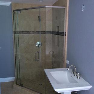Foto de cuarto de baño minimalista, pequeño, con lavabo con pedestal, ducha esquinera, baldosas y/o azulejos beige, paredes beige, suelo de travertino, baldosas y/o azulejos de travertino, suelo beige y ducha con puerta con bisagras