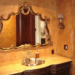 Immagine di una piccola stanza da bagno padronale vittoriana con lavabo da incasso, top in marmo, piastrelle beige, lastra di pietra, pareti beige, consolle stile comò e ante in legno bruno
