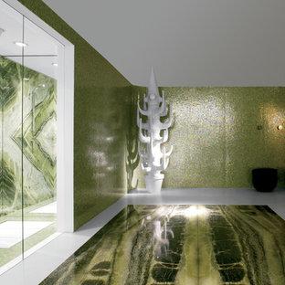 Foto di un'ampia stanza da bagno padronale etnica con doccia a filo pavimento, piastrelle verdi, piastrelle bianche, piastrelle di vetro e pareti verdi