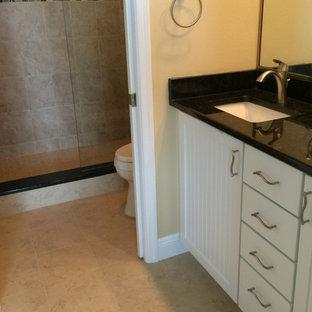 Ispirazione per una stanza da bagno per bambini di medie dimensioni con lavabo da incasso, ante bianche, top in zinco, doccia alcova, pareti beige e pavimento con piastrelle in ceramica