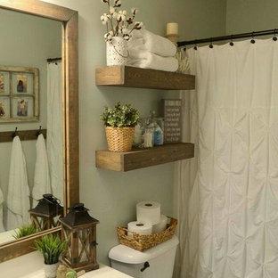 Imagen de cuarto de baño con ducha, tradicional renovado, pequeño, con bañera empotrada, combinación de ducha y bañera, paredes grises, suelo de madera oscura, lavabo integrado, encimera de cuarzo compacto, suelo marrón, ducha con cortina y encimeras blancas