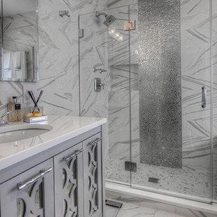 Стильный дизайн: главная ванная комната среднего размера в стиле современная классика с открытым душем, белой плиткой, серой плиткой, фасадами островного типа, серыми фасадами, ванной в нише, металлической плиткой, врезной раковиной и столешницей из искусственного кварца - последний тренд