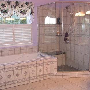Idee per una grande stanza da bagno padronale con top piastrellato, vasca da incasso, doccia ad angolo, WC monopezzo, piastrelle beige, piastrelle in ceramica, pareti viola e pavimento con piastrelle in ceramica