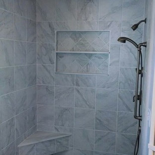 フィラデルフィアの広いおしゃれなマスターバスルーム (タイルの洗面台、ドロップイン型浴槽、コーナー設置型シャワー、一体型トイレ、マルチカラーのタイル、セラミックタイル、紫の壁、セラミックタイルの床) の写真