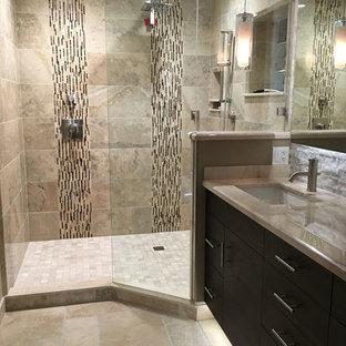 Ispirazione per una grande stanza da bagno padronale minimal con ante lisce, ante in legno bruno, doccia alcova, piastrelle beige, piastrelle in travertino, pareti beige, pavimento in travertino, lavabo sottopiano, top in onice, pavimento beige e doccia aperta