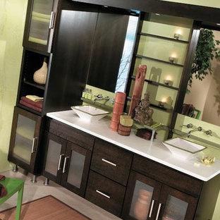 Foto di una stanza da bagno padronale etnica di medie dimensioni con ante di vetro, ante in legno bruno e top in legno