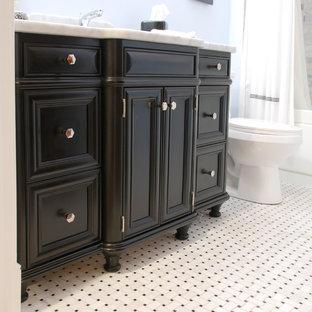 シカゴの小さいトラディショナルスタイルのおしゃれなバスルーム (浴槽なし) (アンダーカウンター洗面器、落し込みパネル扉のキャビネット、黒いキャビネット、大理石の洗面台、シャワー付き浴槽、青い壁、アルコーブ型浴槽、分離型トイレ、グレーのタイル、大理石タイル、モザイクタイル、マルチカラーの床、シャワーカーテン) の写真