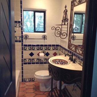 フェニックスの小さいサンタフェスタイルのおしゃれなバスルーム (浴槽なし) (家具調キャビネット、濃色木目調キャビネット) の写真